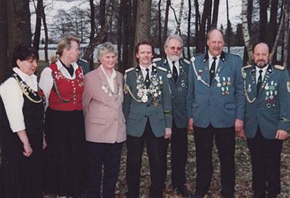 4.v.l. Franz Rump als Kreiskönig 2003, 6.v.l. Johannes Dinklage zweiter Ritter 2003
