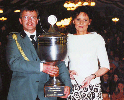 Pokalübergabe 2002